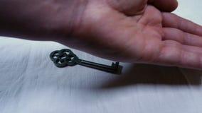 Ręki rewizje przez wiązki klucze, materiał filmowy reprezentować sytuacje zamieszanie i niezdecydowanie zbiory wideo