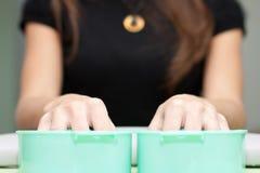 ręki robią manikiur proces dekatyzację Fotografia Stock