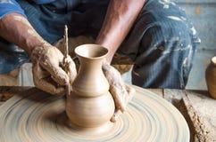 Ręki robić glinianemu garnkowi na ceramicznym kole, wybrana ostrość, zakończenie fotografia royalty free