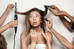 Ręki robi fryzurze i uzupełniali młodej pięknej nagiej dziewczyny zdjęcie stock