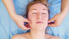 Ręki robi masażowi żeńska twarz terapeuta zbiory wideo
