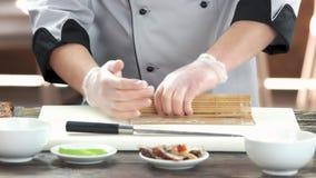 Ręki robi suszi, bambus mata zdjęcie wideo