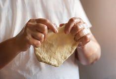 Ręki rozciąga ciasto piłkę Zdjęcia Royalty Free