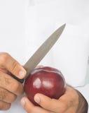 Ręki rozcięcia lub obierania jabłko Obraz Stock