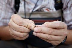 Ręki rybaka narządzania naczynia fotografia royalty free