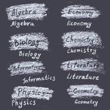 Ręki rysujący imiona tematy przy uniwersytetem Kreda na bla ilustracji