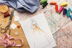 Ręki rysujący nakreślenia dla nowej mody kolekci Fotografia Stock