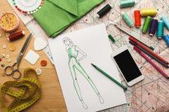 Ręki rysujący nakreślenia dla nowej mody kolekci Obrazy Stock