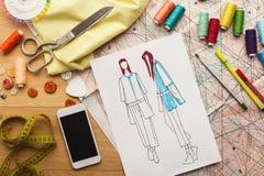 Ręki rysujący nakreślenia dla nowej mody kolekci Zdjęcia Stock