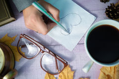 Ręki rysunkowy kierowy nakreślenie na pielusze z jesienią Zdjęcia Stock