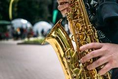 Ręki saksofonowego gracza zakończenie Obraz Royalty Free