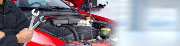 Ręki samochodowy mechanik z wyrwaniem w garażu zdjęcia royalty free