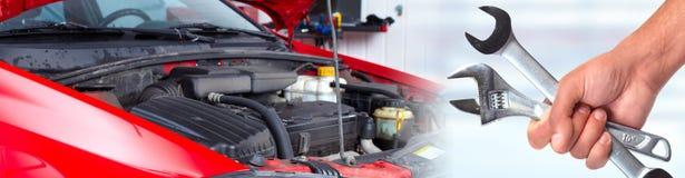 Ręki samochodowy mechanik z wyrwaniem w garażu zdjęcie royalty free