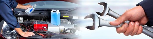 Ręki samochodowy mechanik z wyrwaniem w garażu Fotografia Royalty Free