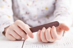 Ręki segregowania gwoździe z gwóźdź kartoteką na białym tle Zdjęcia Stock