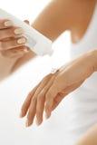 Ręki skóry opieka Zbliżenie Żeńskie ręki Trzyma Kremowej tubki Fotografia Royalty Free