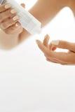 Ręki skóry opieka Zbliżenie Żeńskie ręki Trzyma Kremowej tubki Obrazy Royalty Free