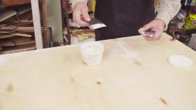 Ręki spackling drewnianą deskę starszy cieśla zdjęcie wideo