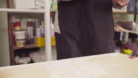Ręki spackling drewnianą deskę starszy cieśla zbiory wideo