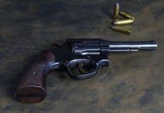 38 ręki specjalny pistolet na nieociosanym tle obrazy stock