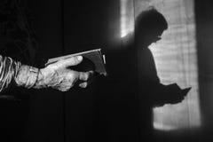Ręki stara kobieta przy porannym nabożeństwem fotografia stock