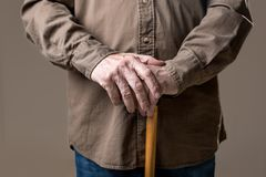 Ręki starsza męska mienie trzcina fotografia stock