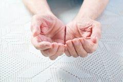 Ręki stary człowiek. obrazy royalty free