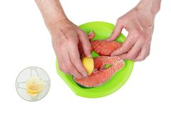 Ręki stary kucbarski ściśnięcie cytryna na świeżym łososia st Fotografia Stock