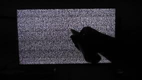 Ręki styl życia wyłacza kanały żadny mężczyzny hałasu tv tło Telewizja ekran z statycznym hałasem powodować złym sygnałem zbiory wideo