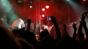 Ręki sylwetki magnetofonowy wideo muzyka na żywo koncert z smartphone zbiory wideo