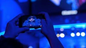 Ręki sylwetki magnetofonowy wideo muzyka na żywo koncert z smartphone zdjęcie wideo