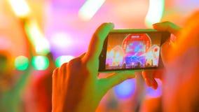 Ręki sylwetki magnetofonowy wideo muzyka na żywo koncert z smartphone obrazy royalty free
