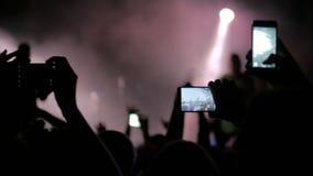 Ręki sylwetki magnetofonowy wideo muzyka na żywo koncert z smartphone zbiory