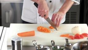 Ręki szefa kuchni ciapania marchewka zbiory