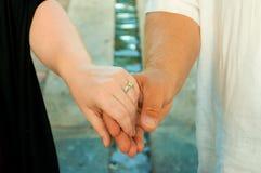 ręki target1162_1_ poślubiających ludzi Zdjęcia Royalty Free