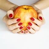 Ręki target367_1_ żółtego jabłka Fotografia Stock