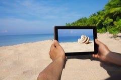 Ręki target617_1_ pastylki komputer osobisty na plaży Zdjęcia Royalty Free