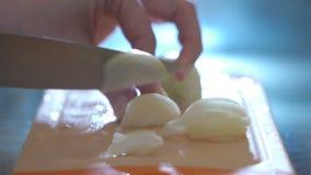 Ręki tnąca cebula w kuchni zbiory