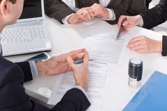 Ręki trzy ludzie, podpisuje dokumenty zdjęcia stock