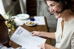 Ręki Trzyma Ślubnego planista listy kontrolnej informaci przygotowanie Fotografia Royalty Free