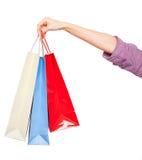 Ręki trzyma barwionych torba na zakupy na białym tle Fotografia Royalty Free