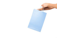 Ręki trzyma barwionych torba na zakupy na białym tle Zdjęcia Stock
