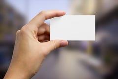 Ręki trzyma białą biznesową wizyty kartę, prezent Zdjęcie Stock