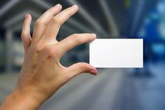 Ręki trzyma białą biznesową wizyty kartę, prezent, bilet, przepustka, p Obrazy Stock