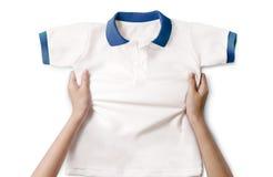 Ręki trzyma białą czystą koszula. fotografia royalty free
