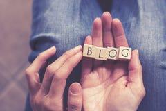 Ręki trzyma blog wiadomość zdjęcie royalty free