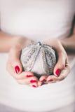 Ręki trzyma boże narodzenie ornament Obrazy Royalty Free