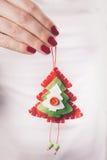 Ręki trzyma boże narodzenie ornament Obraz Royalty Free