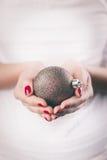 Ręki trzyma boże narodzenie ornament Obraz Stock