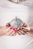 Ręki trzyma boże narodzenie ornament Zdjęcia Royalty Free
